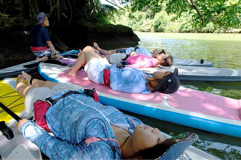 SUPの上で横になりリラックスしている女性